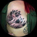 Sopravvissuta al cancro al seno ci ispira con il suo tatuaggio dopo la mastectomia